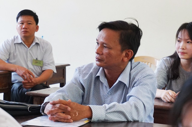 Ông Nguyễn Xuân Hồng - một trong những thí sinh nhiều tuổi nhất tại cụm thi số 28