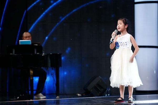 Giám khảo nghẹn ngào khi cô bé khiếm thị hát về mẹ - 1