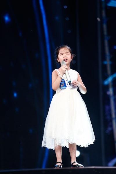 Cô bé khiếm thị Minh Hiền hát về tình mẹ....