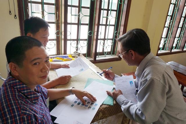 Ông Hồng làm thủ tục dự thi THPT quốc gia năm 2017