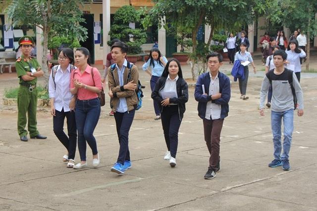 Các thí sinh phấn khởi sau khi thi môn Tiếng Anh. (Ảnh: Phạm Hoàng)