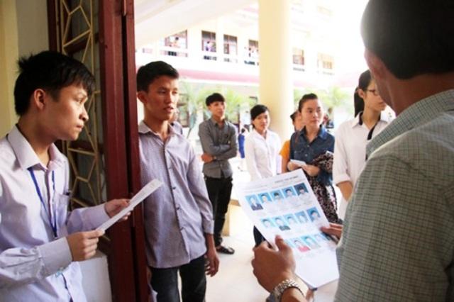 Thí sinh làm thủ tục thi trong Kỳ thi THPT quốc gia năm 2016 tại Nghệ An (ảnh A.Ngọc)