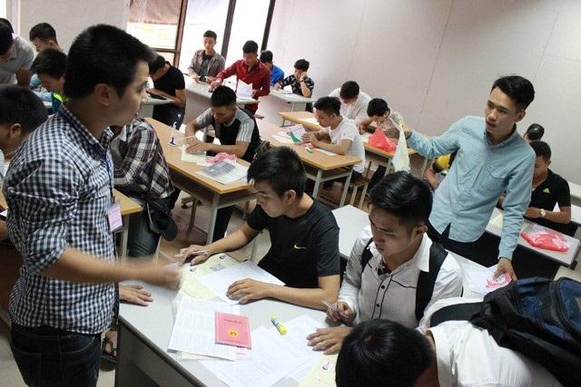 Thí sinh đăng ký dự Kỳ thi tiếng Hàn tại Trung tâm Dịch vụ việc làm Hà Nội, năm 2016.