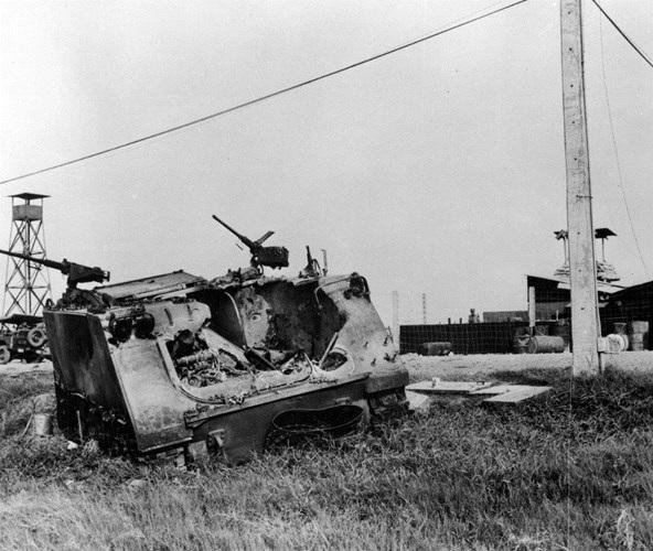 Những chiếc thiết giáp bị bắn cháy tại Tân Sơn Nhất trong trận Tết Mậu Thân (ảnh tư liệu)