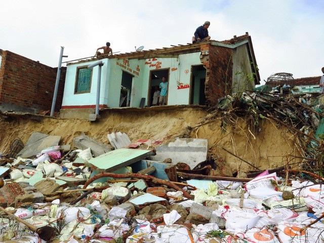 Bão Damrey đã làm 72 người chết, 23 người mất tích, hàng nghìn ngôi nhà bị sập đổ. (Ảnh: Trung Thi).