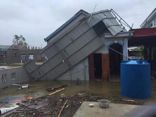 Ngày 15/9, bão số 10 làm một ngôi nhà của người dân tại Quảng Bình bị tốc mái. (Ảnh Lê Châu).