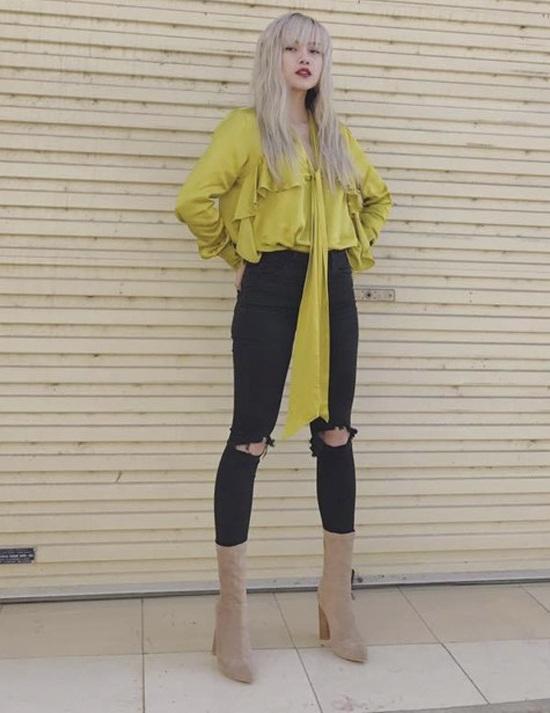 """Phong cách thời trang của Thiều Bảo Trâm được nhận xét là độc đáo, có cá tính, tuy nhiên đôi khi lại trở nên rườm rà, không tiết chế. Bộ cánh tuần qua của nữ ca sĩ sẽ gần như hoàn hảo nếu không có đôi boots cao """"lạc quẻ"""" khiến người đối diện rối mắt, bởi cả phần trên và phần dưới đều có điểm nhấn."""