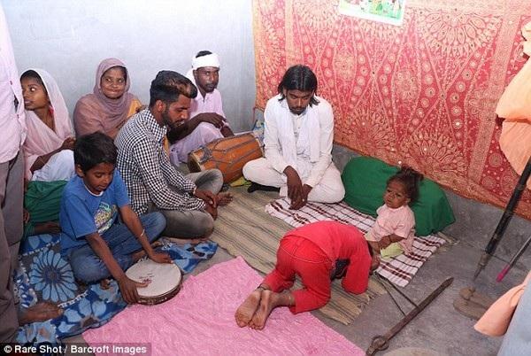 Nhiều người dân địa phương tôn sùng Singh như một vị Thành và tìm đến nhà để được ban phước lành