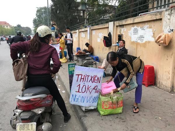 Thịt xiên nướng 10.000 đồng/4 xiên bày tràn ngập trên phố Tôn Thất Tùng