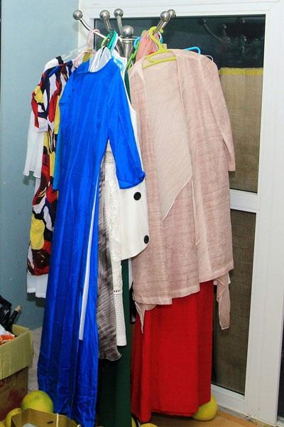 Chiếc móc treo quần áo với các bộ áo dài đã được chuẩn bị sẵn để Anh Thơ mặc đi diễn. Hiện chị đang tất bật cùng Trọng Tấn chuẩn bị cho liveshow Tình ta biển bạc đồng xanh 2 diễn ra tối ngày 20/10 tại Hà Nội.