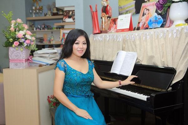 Căn nhà nhỏ của Anh Thơ có thể khiến khách khứa không ấn tượng về sự rộng rãi, sang trọng. Tuy nhiên, nó lại là nơi để nữ ca sĩ xứ Thanh luyện giọng bằng chiếc đàn piano đã gắn bó với mình nhiều năm.
