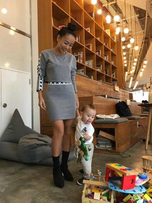 Ca sĩ Thảo Trang hạnh phúc bên con trai khi đi uống cà phê