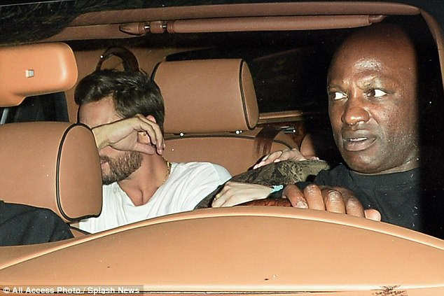 Cả Bella Thorne và Scott Disick đều cố gắng che mặt khi gặp cánh săn ảnh khi cả hai cùng lên ô tô ra về sau buổi đi chơi