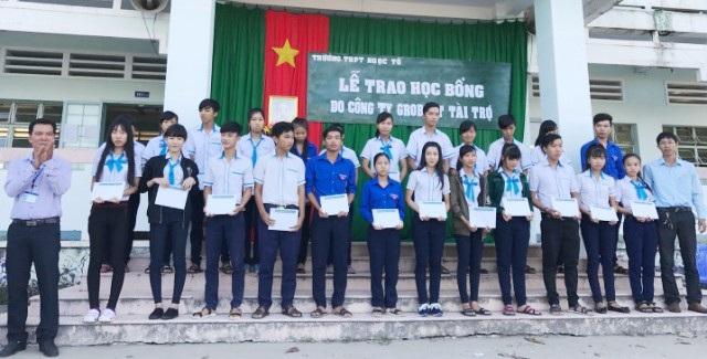Học sinh Trường THPT Ngọc Tố (huyện Mỹ Xuyên) nhận học bổng Grobest Việt Nam cùng Quỹ Khuyến học Việt Nam và báo Dân trí đồng hành thực hiện.