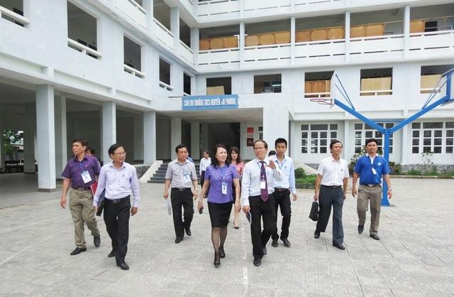Thứ trưởng Nguyễn Thị Nghĩa (áo xanh) kiểm tra công tác chuẩn bị thi THPT Quốc gia 2017 tại Huế