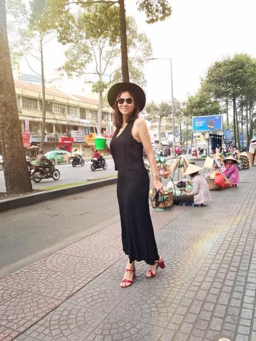 Ca sĩ Thu Minh diện trang phục thoải mái dạo phố Sài Gòn, cô viết: Hôm nay xuống phố lòng nhẹ nhàng, đôi chân bước thênh thang. Bao nhiêu tiếng nói cười vội vàng nắng chứa chan. Một ngày đi qua những muộn phiền trôi xa. Tôi thấy quanh mình vẫn vui mà.