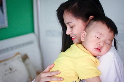 Thu Quỳnh chia sẻ rằng, con trai cô rất vui vẻ với cuộc sống hiện tại.