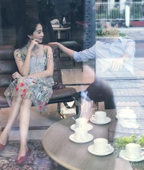 Doanh nhân Tín Nguyễn đăng bức ảnh cùng bạn gái - hoa hậu Đặng Thu Thảo, anh cũng viết chia sẻ ý nghĩa để bảo vệ bạn gái sau những tin đồn không hay: Dù ai nói ngả nói nghiêng....