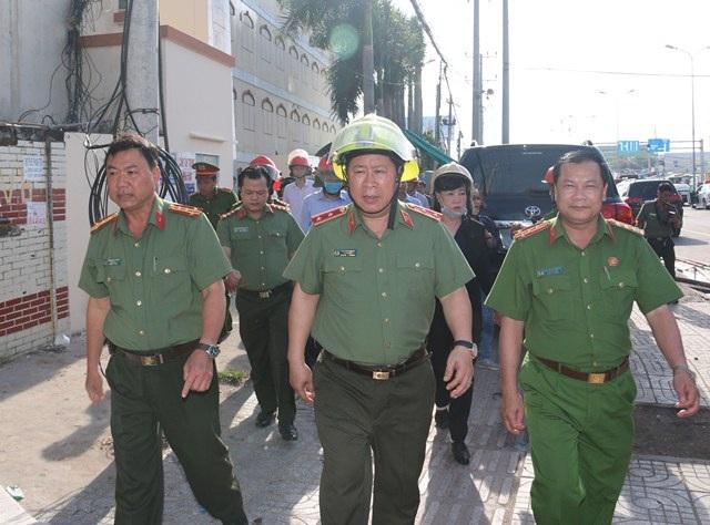 Thứ trưởng Bộ Công an Bùi Văn Thành (giữa) kiểm tra hiện trường vụ cháy