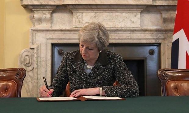 Thủ tướng Anh ký bức thư lịch sử ngày 28/3 (Ảnh: PA)