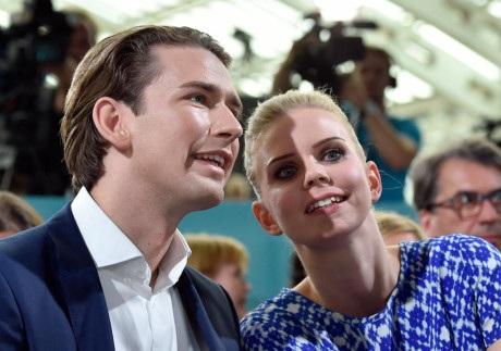 Bạn gái của ứng viên Thủ tướng Áo là người có lối sống khá kín đáo. Cô có phần e ngại trước giới truyền thông tại các sự kiện. Tài khoản Instagram cá nhân của cô luôn để chế độ riếng tư. (Ảnh: APA)
