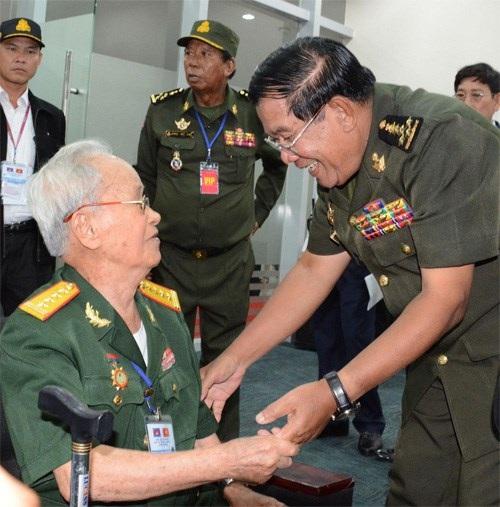 Thủ tướng Hun Sen gặp gỡ một cựu chiến binh Việt Nam, nhân chứng lịch sử tại Bình Dương (ảnh: QĐND)