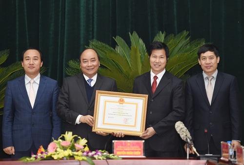 Nhân dịp này, Thủ tướng trao bằng chứng nhận Nông thôn mới cho 2 huyện Tiên Du, Từ Sơn.