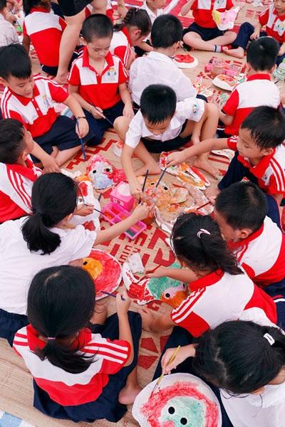 Trẻ em được trải nghiệm làm nhiều món đồ chơi dân gian (Ảnh: Hòa Nguyễn).