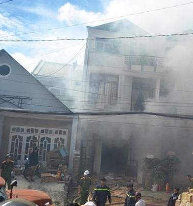 Lực lượng chức năng đang khống chế đám khói phát ra từ tầng hầm căn nhà