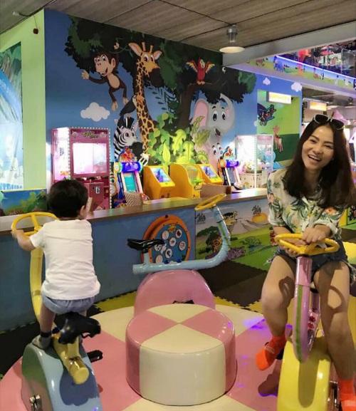 Thu Minh đưa con trai đi chơi, nữ ca sĩ cũng không ngại khi chơi trò chơi cùng con. Cô viết thay lời con trai: Mỗi người một góc trời, mẹ đừng giành của Gấu nha.