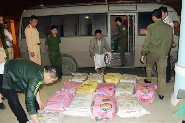 Lực lượng công an tỉnh Lào Cai kiểm tra số thuốc nổ bị bắt giữ trên xe mang biển kiểm soát 21B - 003.36 chiều tối ngày 5/4/2017 (Ảnh báo Lào Cai)