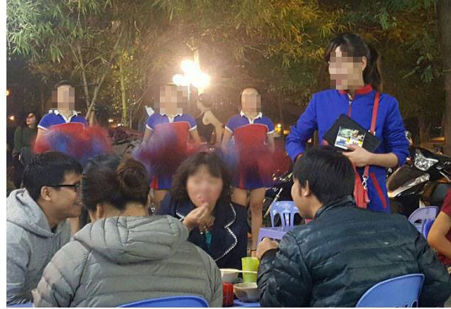 Một đội hoạt náo viên nhảy múa, quảng cáo, mời bán sản phẩm thuốc lá mới tại nơi công cộng.