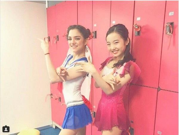 Medvedeva chụp ảnh cùng nghệ sĩ trượt băng nghệ thuật người Nhật Bản Marin Honda sau khi kết thúc màn diễn của mình