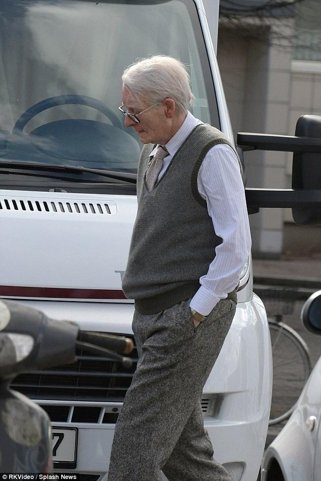 Từ mái tóc, trang phục đến vẻ bề ngoài đều toát lên, đó là một ông lão ngoài 70 đáng kính