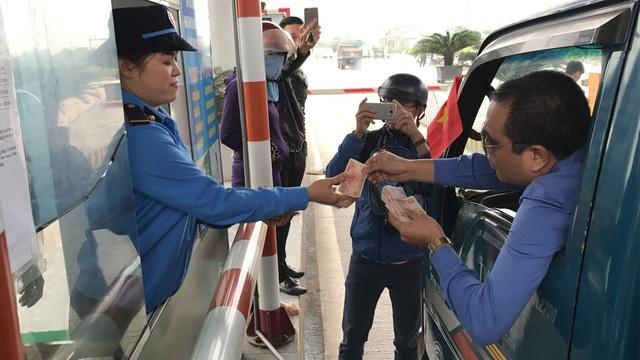 Ngày 2/4, rất đông người dân ở huyện Nghi Xuân (Hà Tĩnh) và TP Vinh (Nghệ An) lái ô tô dán băng rôn, dùng nhiều xấp tiền lẻ để mua vé tại trạm thu phí BOT Bến Thủy 1 khiến giao thông 2 bên cầu Bến Thủy 1 bị ách tắc nghiêm trọng. Sau đó, Bộ GTVT có văn bản thông báo giảm 50% giá cho phương tiện của người dân sống gần cầu. Tuy nhiên, đến ngày 6/4, hơn 100 tài xế ô tô tiếp tục dùng tiền lẻ mua vé qua cầu Bến Thủy. (Ảnh: Xuân Sinh)