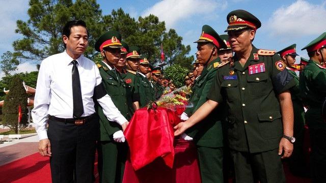 Lễ tiếp nhận hài cốt quân tình nguyện và chuyên gia Việt Nam hy sinh tại Lào.