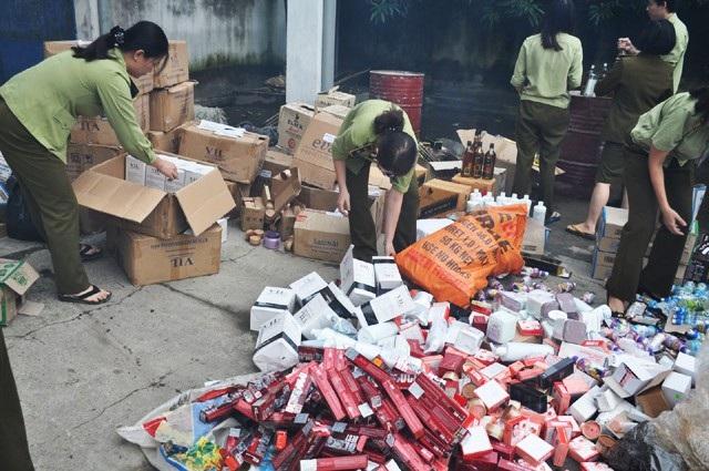 Chi cục quản lý thị trường Nghệ An tiểu hủy lô mỹ phẩm không rõ nguồn gốc xuất xứ (ảnh Hoàng Thái)