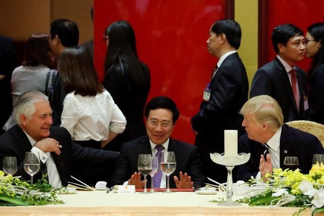 Ông Tillerson sau đó đã dự yến tiệc chiêu đãi Tổng thống Mỹ Donald Trump và đã trò chuyện với Phó Thủ tướng, Bộ trưởng Ngoại giao Phạm Bình Minh. (Ảnh: Reuters)