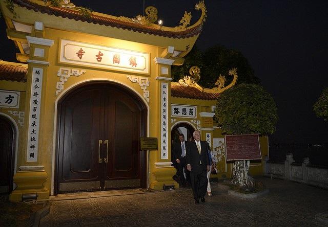 Ngoại Trưởng Mỹ còn đến thăm chùa Trấn Quốc (Ảnh: Bộ Ngoại giao Mỹ)