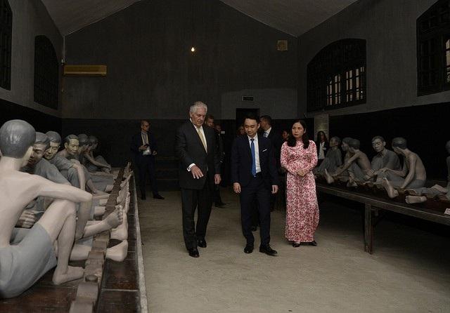 Ngoại trưởng Mỹ bên trong di tích nhà tù Hỏa Lò (Ảnh: Bộ Ngoại giao Mỹ)