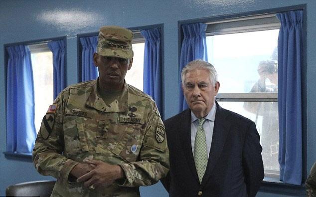 Ngoại trưởng Mỹ Rex Tillerson và Tướng Vincent K. Brooks (Ảnh: Reuters)