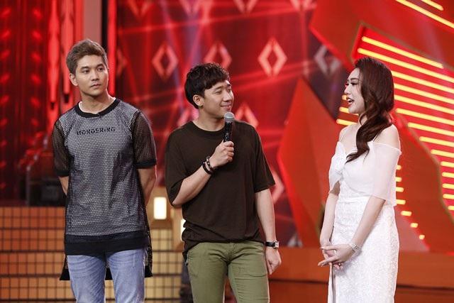 Lần đầu tiên Tim tham gia buổi ghi hình khi không có vợ, Trương Quỳnh Anh đi cùng.