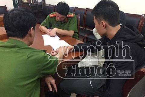Và trong suốt quá trình thẩm vấn, bàn tay Đại tá Vũ Minh Phương không rời tay hung thủ