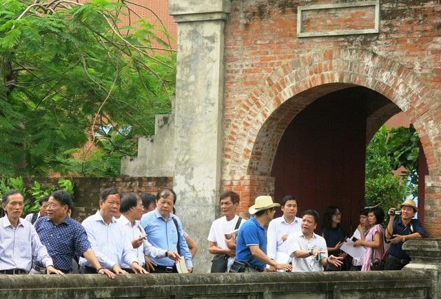 Các thành viên Hội đồng Di sản Văn hóa quốc gia khảo sát thực địa tại di tích Thành Điện Hải ở Đà Nẵng