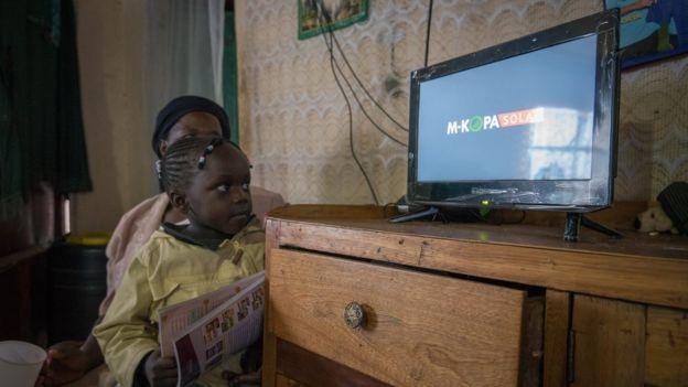 TV chạy bằng năng lượng Mặt Trời ở gia đình anh Stanley Gikonyo.