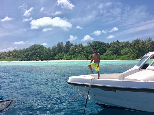 Màu nước biển đẹp ma mị với sắc nước đủ các cấp độ màu xanh gây những ấn tượng tốt và sâu đậm đầu tiên với du khách.