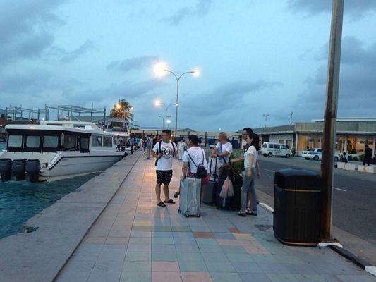 Chỉ cần ra khỏi cổng sân bay Malé (phải), qua bên kia đường là bến tàu rất sạch sẽ và trật tự đón khách vượt biển tới các đảo dân sinh và resort đẹp tuyệt vời.