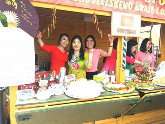 Chị em người Việt ở Czech hội tụ trong ngày hội ẩm thực dân tộc Việt Nam ở Karviná, Ostrava.