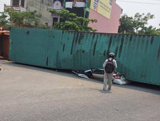 Kinh hoàng xe container đè nát xe con, 2 người tử vong - 5