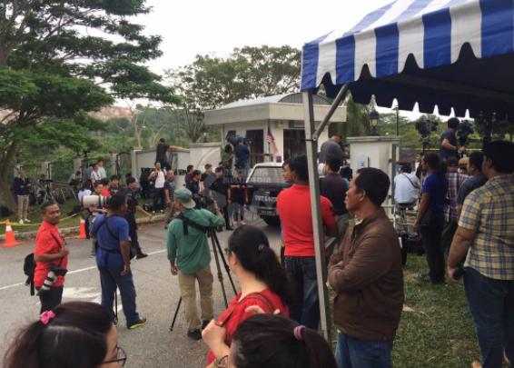 Phóng viên túc trực rất đông bên ngoài tòa án sơ thẩm Sepang sáng 30/5. (Ảnh: Bernama)